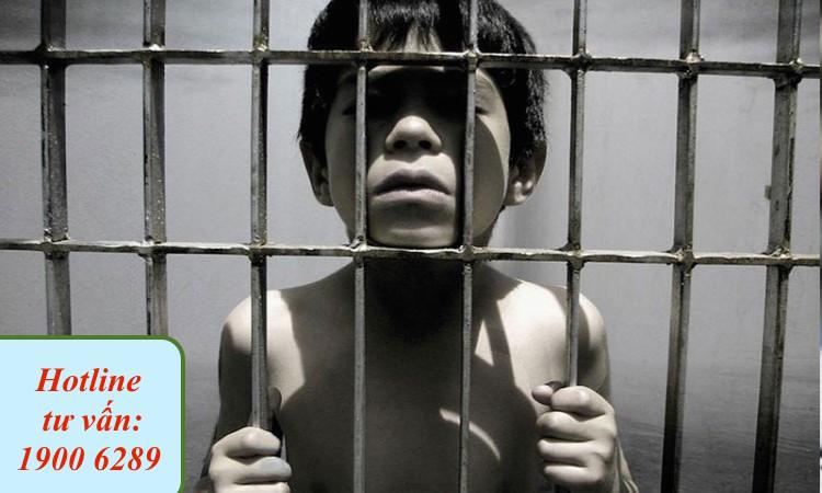 Biện pháp giám sát với người bị buộc tội dưới 18 tuổi được thực hiện như thế nào?